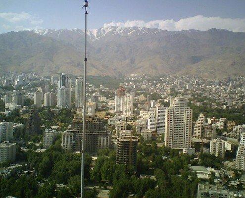 نمایی از برجهای واقع در منطقه الهیه و در پشت آن نمایی از رشته کوههای البرز.