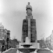 میدان حسن آباد تهران در دهه 1320 و تندیس ملکالمتکلمین از مبارزان مشروطه خواه